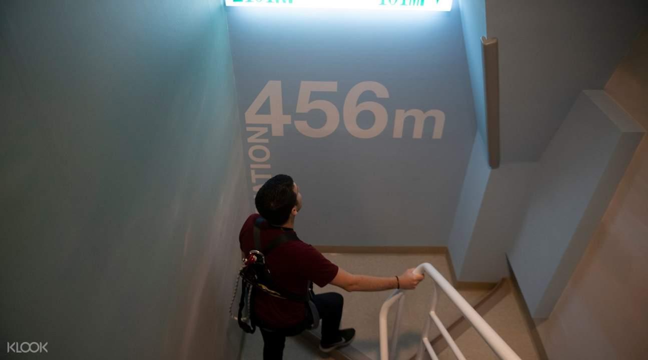 89階への階段を上がる台湾人